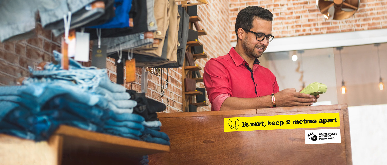 bărbat ce efectuează o plată în retail