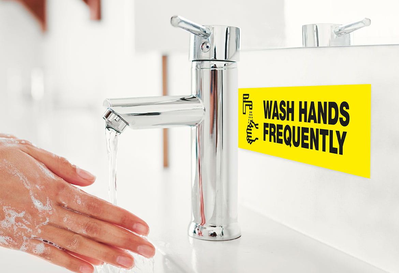 persoană care se spală pe mâini și etichetă vizibilă