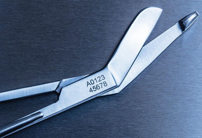 Foarfece medicale din oțel inoxidabil gravate cu un număr de urmărire folosin etichetă tip șablon Brother și echipamente electrochimice