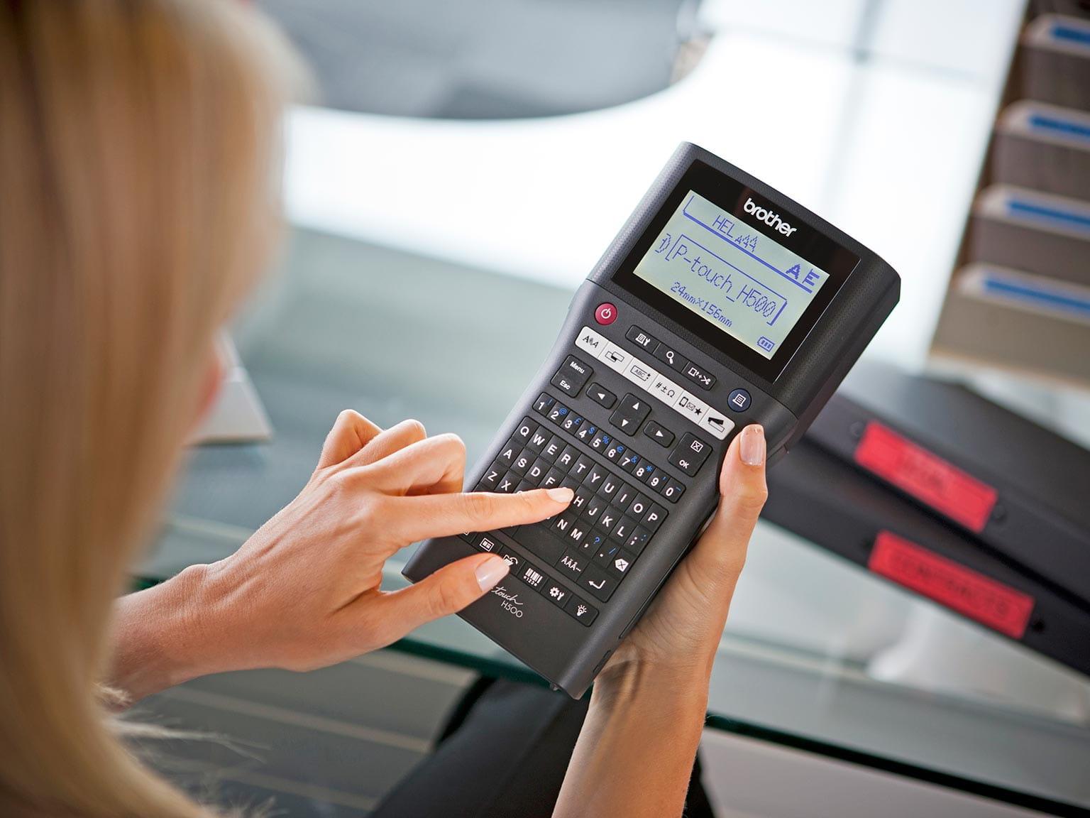 Imprimantă de etichete P-touch H500 imprimând o etichetă
