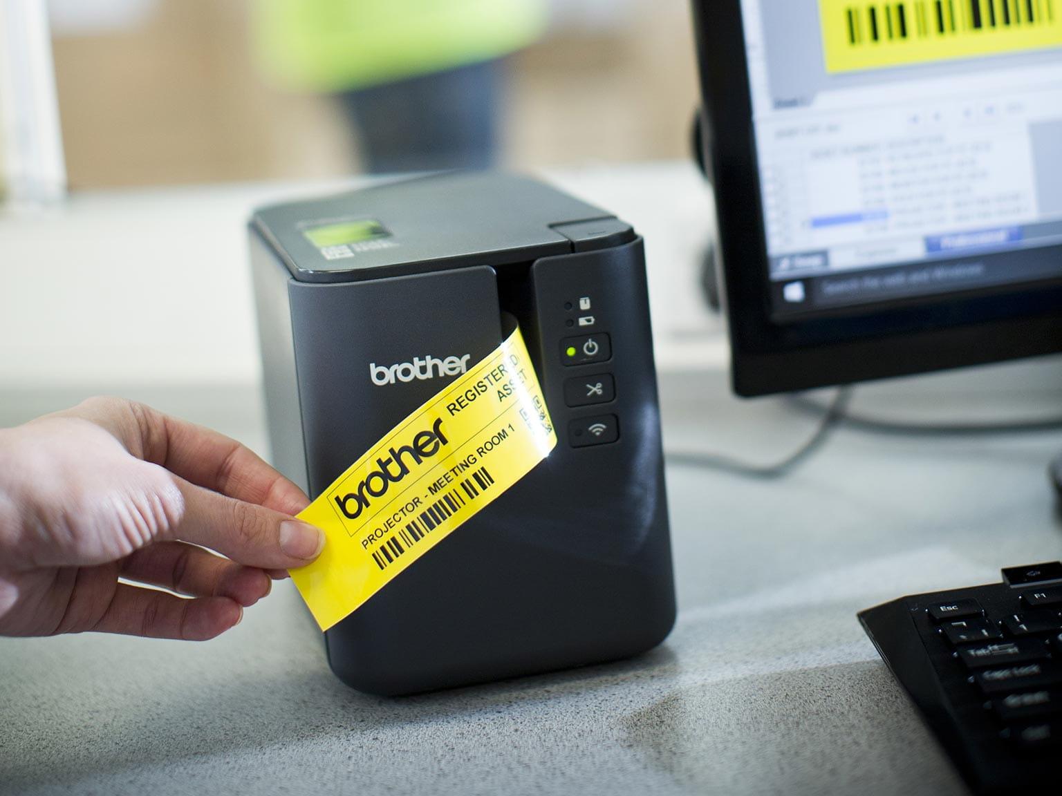 Imprimantă de etichete Brother P-touch P900W cu etichetă galbenă imprimată de pe PC
