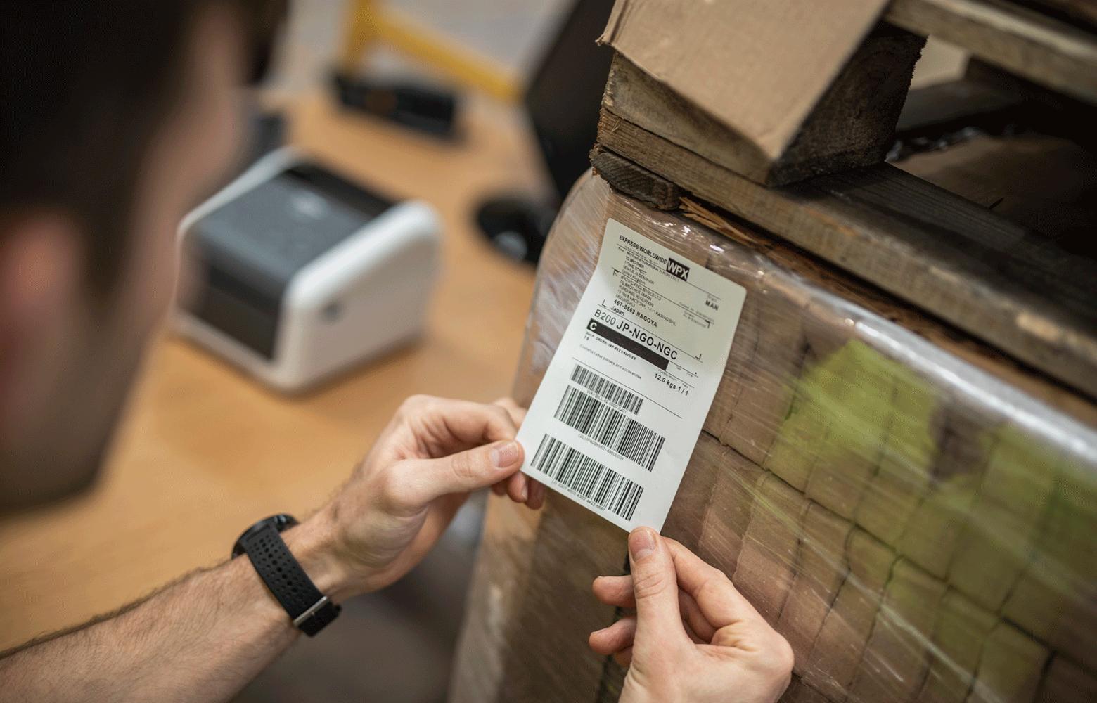 Barbat etichetand cutii cu etichete de livrare
