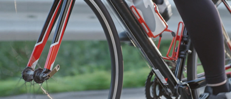 persoana pe bicicleta rosie