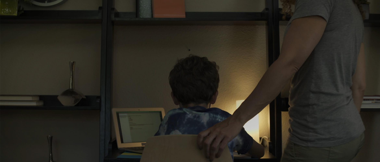 Mama-ajuta-fiul-la-teme
