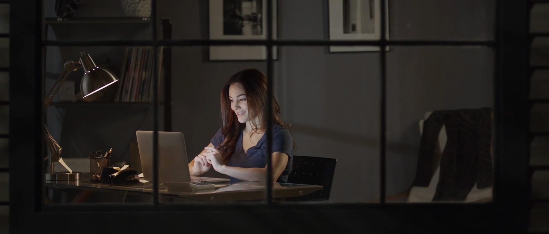 Femeie-la-birou-seara-cu-laptop
