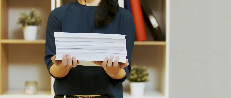 Femeie tinand documente