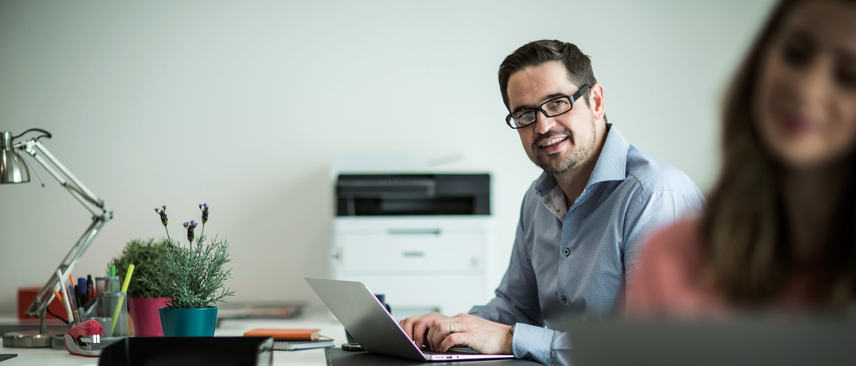 Bărbat cu laptop la birou