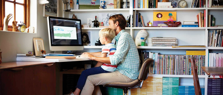 tată și fiu la birou lucrând