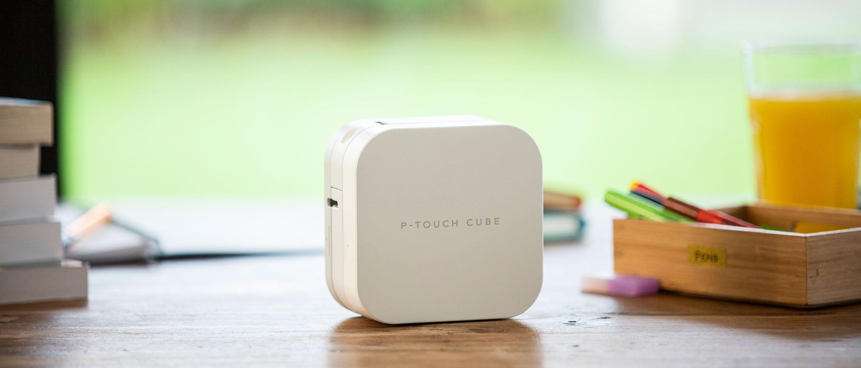 Imprimantă de etichete P-touch CUBE pe masă de bucătărie