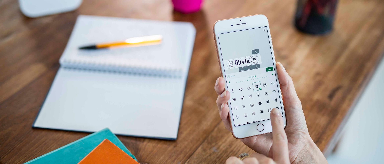 Smartphone cu aplicația P-touch Design&Print pentru creat etichete
