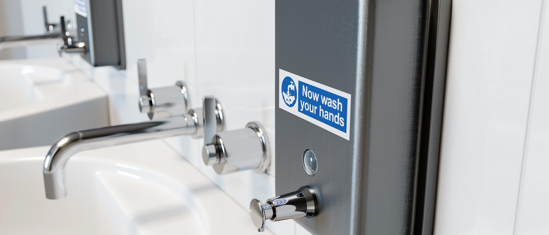 Dozator de săpun în spital cu etichetă Brother P-touch TZe