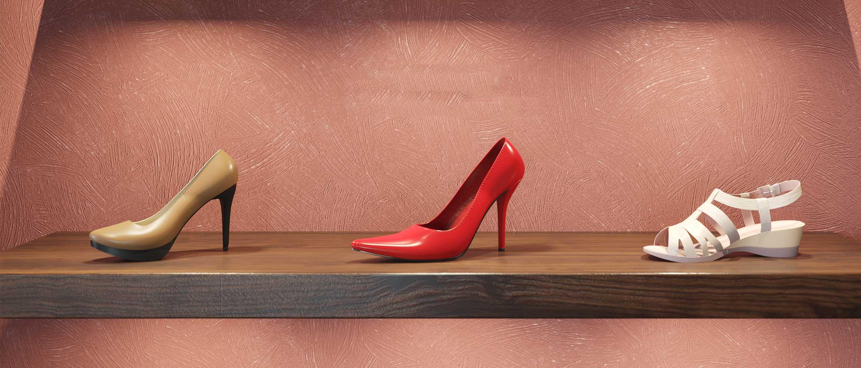 Pantofi cu toc, sandală, expuse pe raft