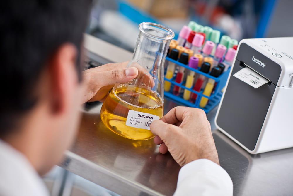 Doctor aplicând etichetă