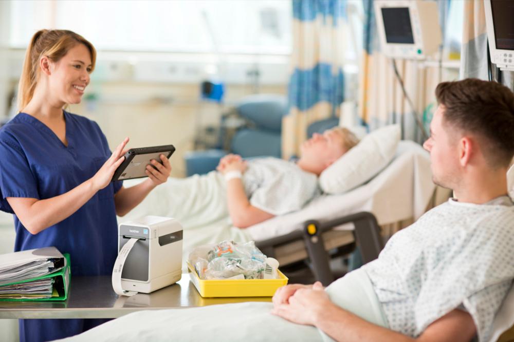 Asistentă lângă patul pacientului