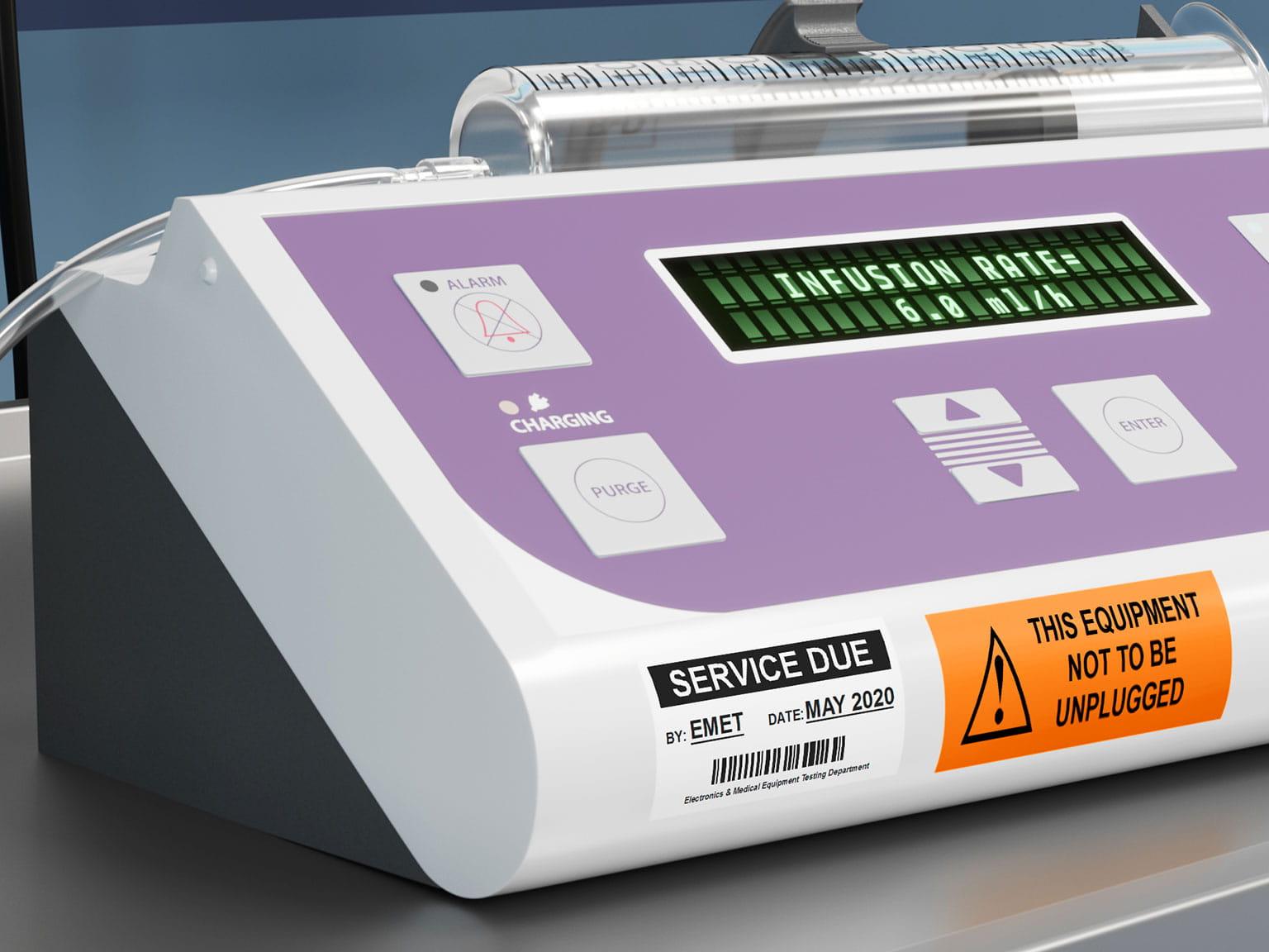 Informații de service pe etichetă laminată Brother P-touch TZe pe echipament din spital