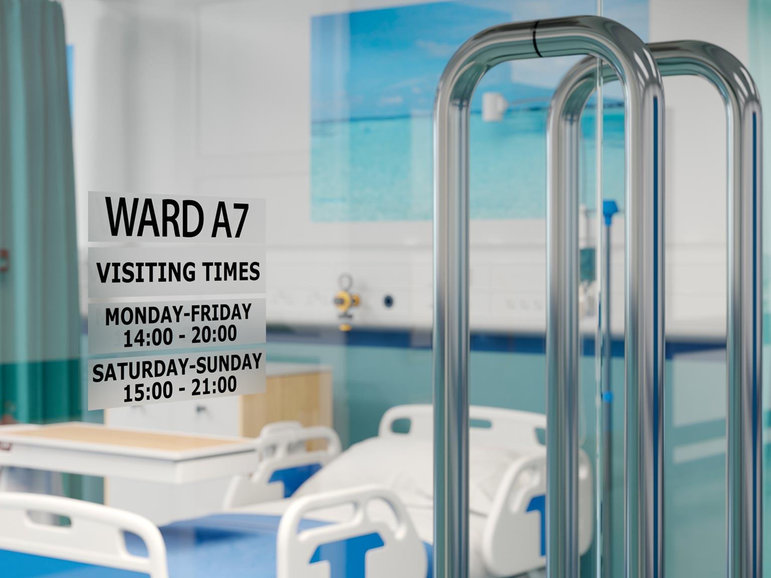 Program de vizită pe ușă în spital cu etichetă negru pe transparent