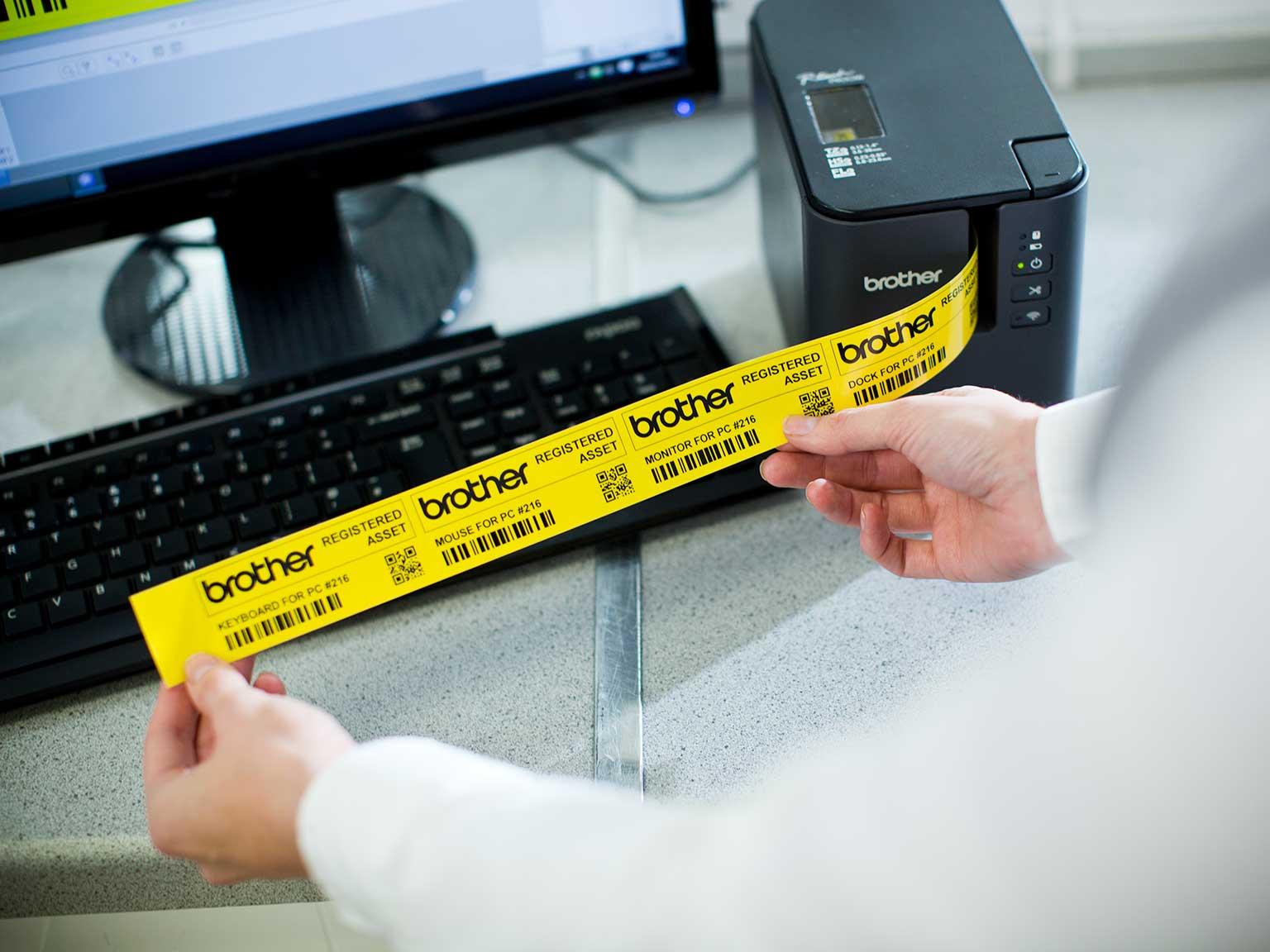 Brother P-touch PT-P900W imprimând etichetă de inventar