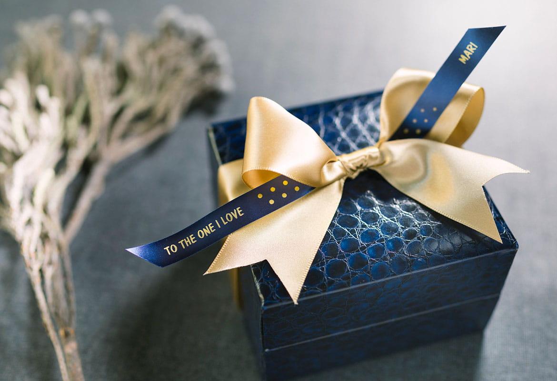 Cutie de cadou cu fundă galbenă și panglică auriu pe albastru satin Brother cu mesaj imprimat