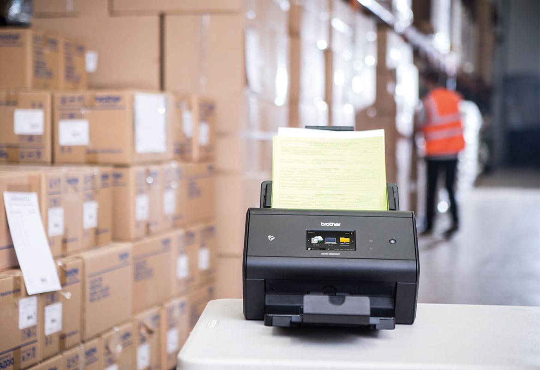 Brother ADS-3600W cu note de livrare în depozit, angajat în vestă portocalie