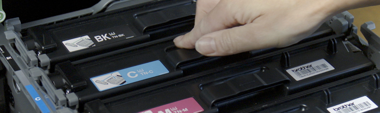 Imprimanta deschisa cu persoana instaland cartus