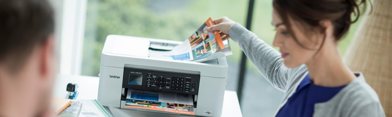 Femeie la birou luand document imprimat