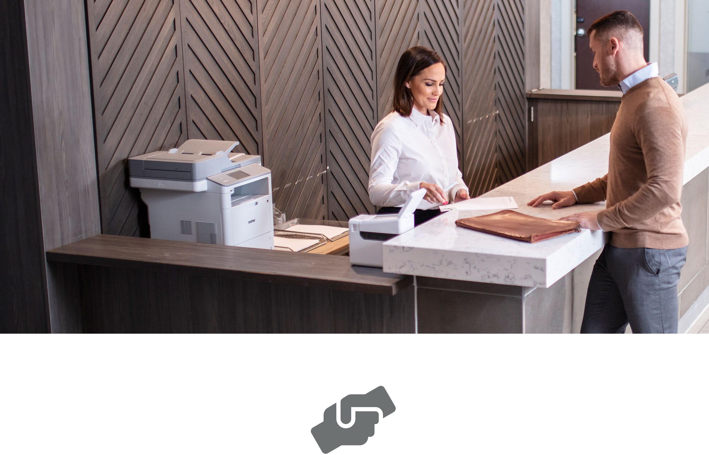 Client ajutat de serviciul clienți cu imprimantă de etichete și laser pe birou