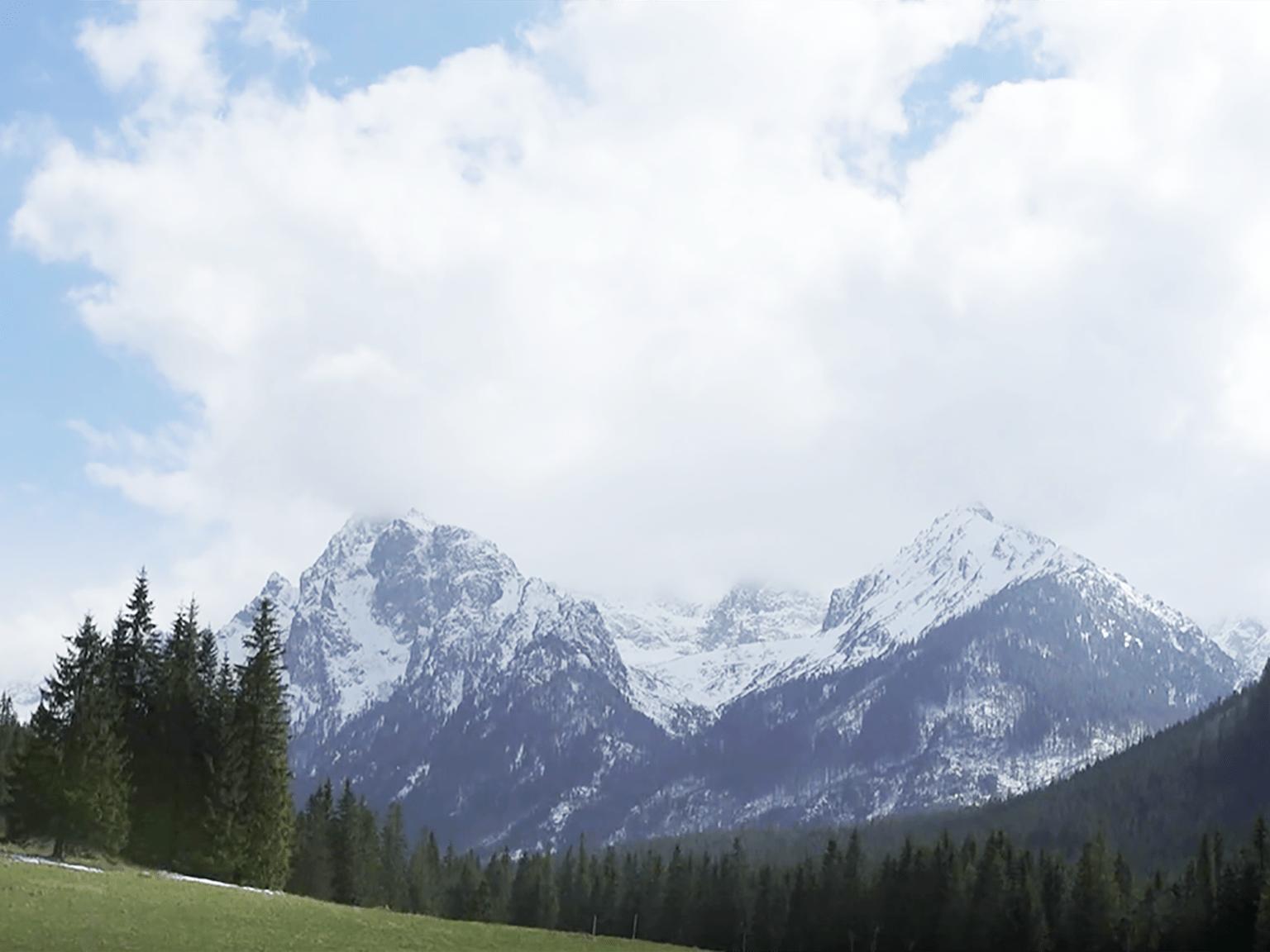 Brother Earth munți cu nori