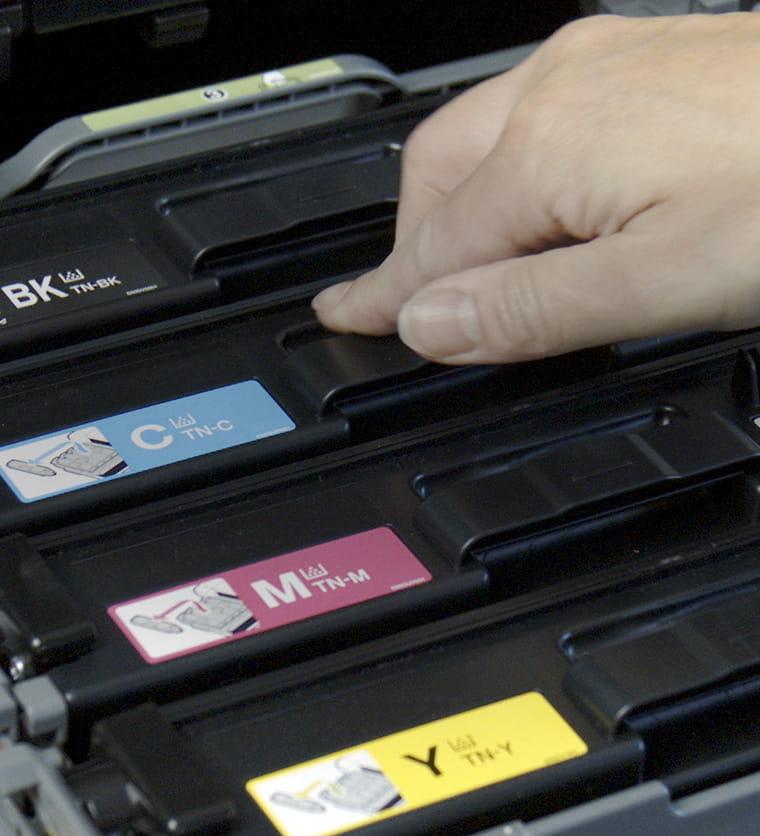 Persoana instaland cartus de toner in imprimanta