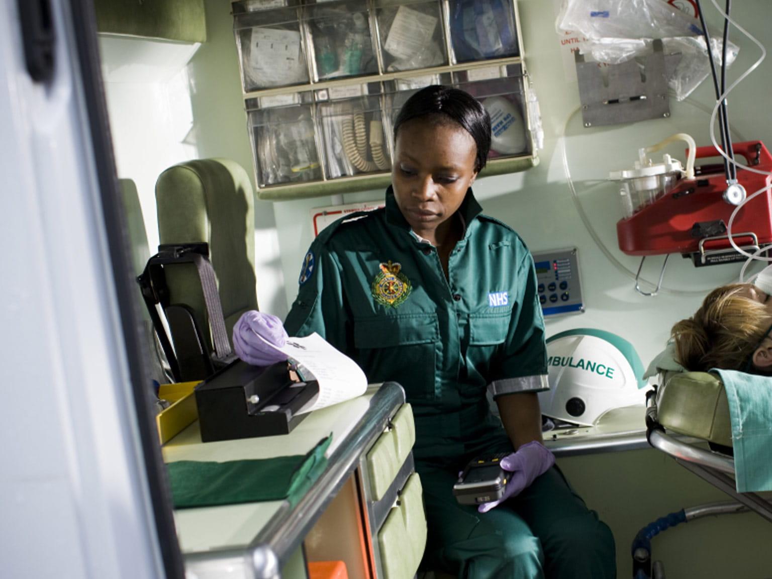 Pj imprimând documente în ambulanță