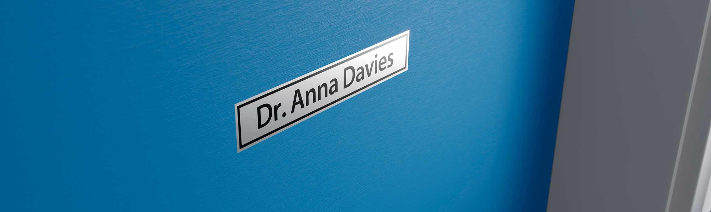 Etichetă Brother negru pe argintiu cu nume doctor