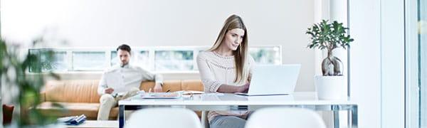 femeia stătea la un birou pe un laptop