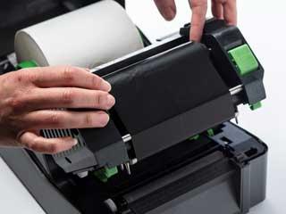 Ribbon cu cerneală pentru transfer termic instalat în imprimantă de etichete TD-4T