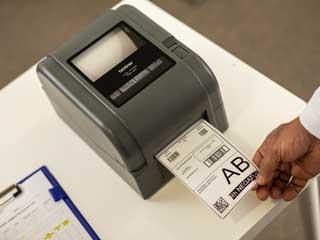 Imprimare etichetă pe imprimantă de etichete din gama Brother TD-4T.