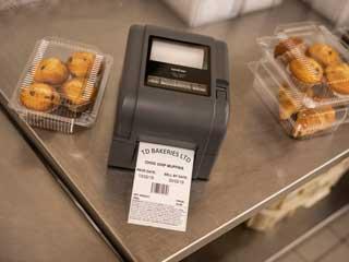 Imprimantă de etichete Brother TD-4T alături de fursecuri.
