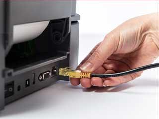 Conectare cablu ethernet în port din imprimantă de etichete Brother TD-4T