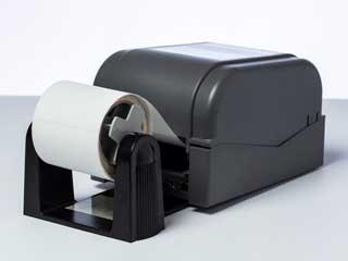 Suportă de rolă opțional instalat pe imprimantă de etichete Brother TD-4T