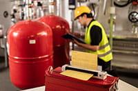 Inginer cu cască de protecție pe teren cu scaner de documente portabil Brother DSmobile DS-940DW