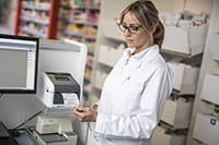Medic imprimand o eticheta pentru fisiere medicale pe imprimanta TD-4D