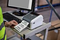 Angajat in depozit imprimand o eticheta pe Brother TD-4520DN