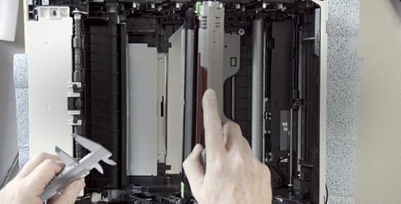 Inženir nad odprtim tiskalnikom