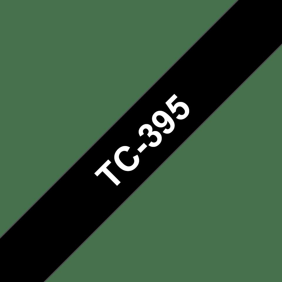 Casetă cu bandă de etichete originală Brother TC395 – alb pe negru de 9mm lățime