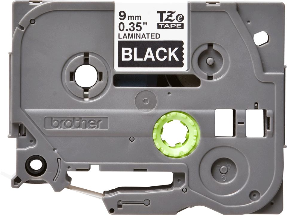 Casetă cu bandă de etichete originală Brother TZe-325 – alb pe negru, 9mm lățime