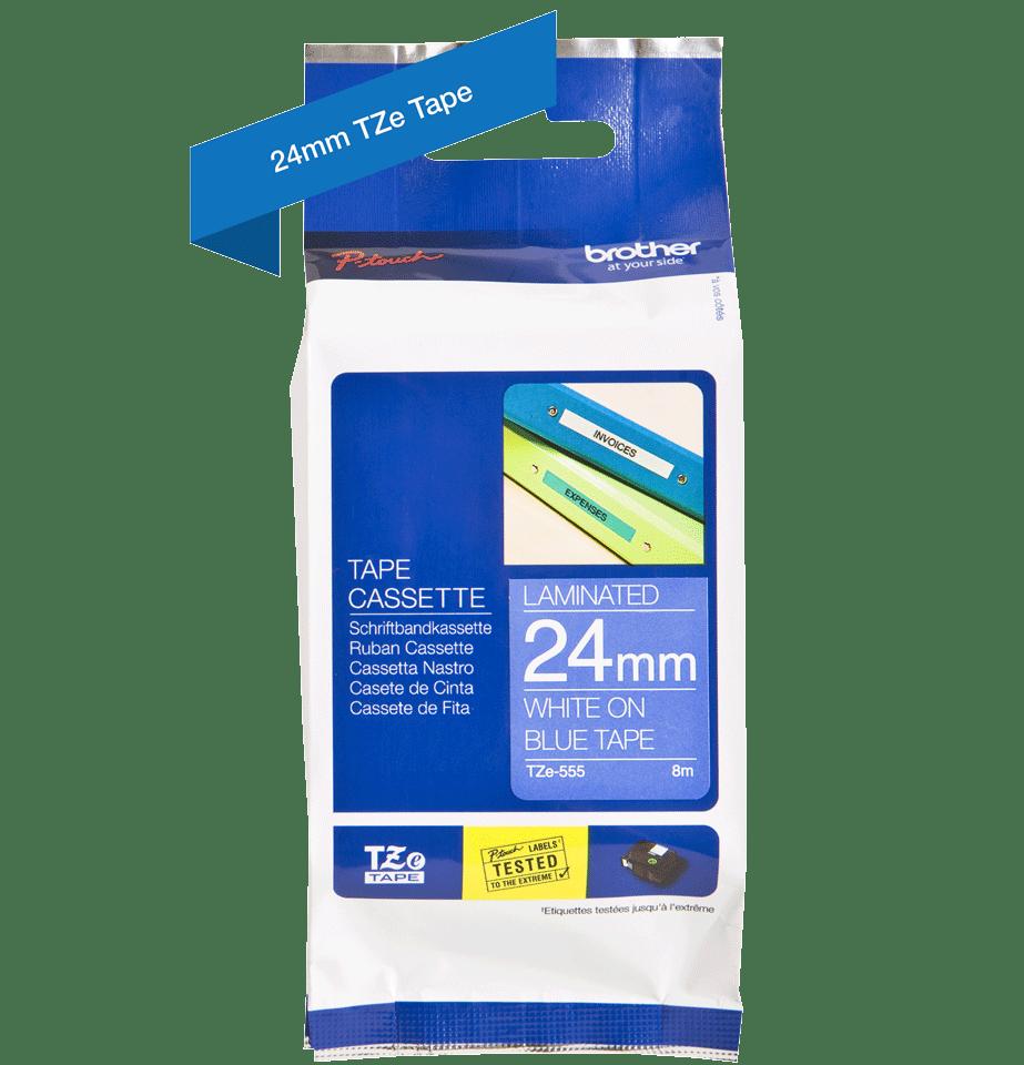 Casetă cu bandă de etichete originală Brother TZe-555 – alb pe albastru, lățime de 24mm 2