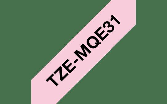 Casetă cu bandă de etichete originală Brother TZe-MQE31 – negru pe roz pastelat, 12mm lățime